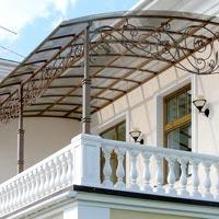 Кованый навес над балконом с колоннами