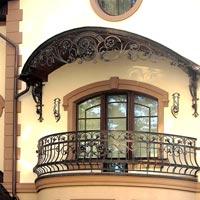 Кованый навес на балконе