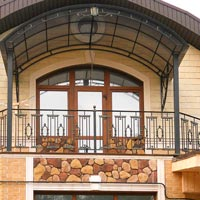 Арочный навес над балконом с ковкой, арт.: КБ-06